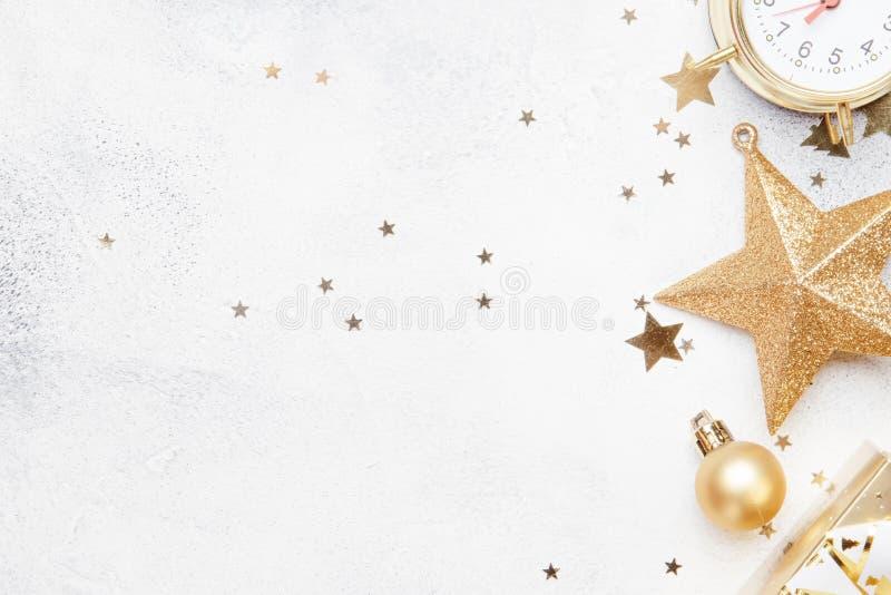 Composición de la Navidad o del Año Nuevo, fondo gris con el oro Chr imágenes de archivo libres de regalías