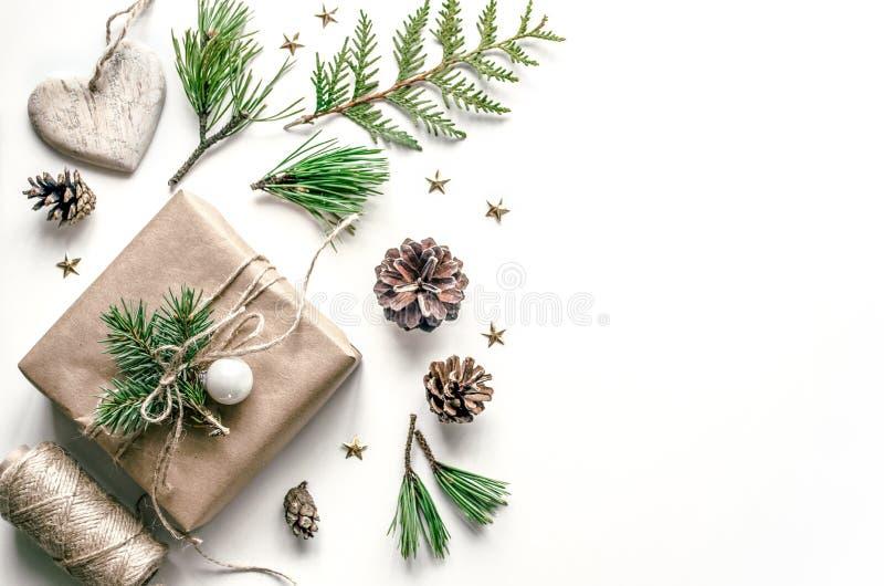 Composición de la Navidad para la preparación por el Año Nuevo Embalaje de regalos Fondo de la Navidad para la presentación de fotografía de archivo