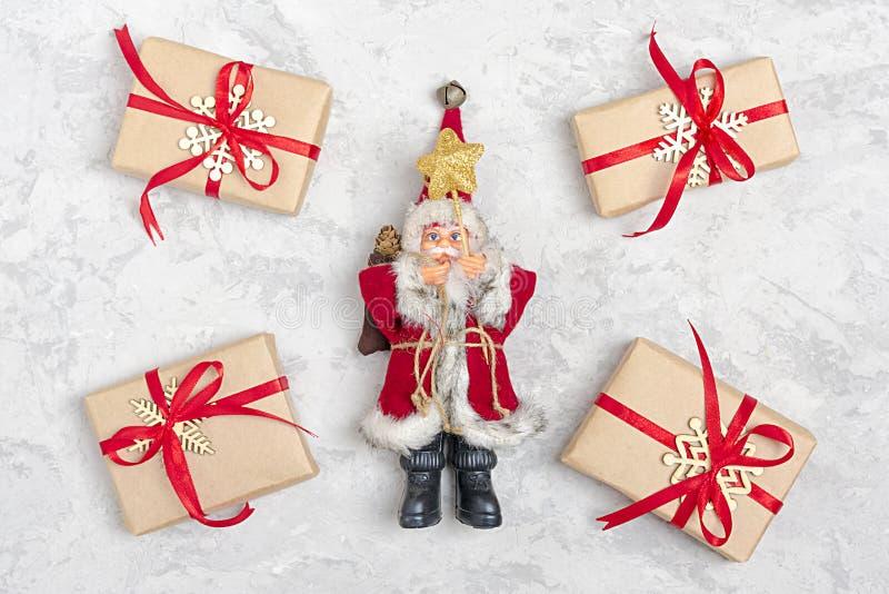 Composición de la Navidad Regalos de la decoración de la Navidad, brillo, bolas de la Navidad, caramelo, copos de nieve en fondo  libre illustration
