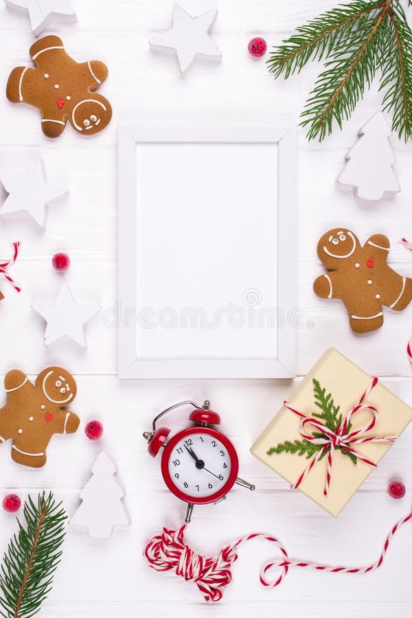 Composición de la Navidad Regalos de la Navidad, decoración, galletas del hombre de pan de jengibre de las ramas de árbol de abet fotos de archivo libres de regalías