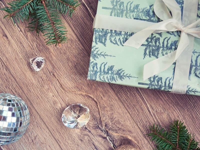 Composición de la Navidad Regalos de la Navidad, ramas de árbol de abeto, negras foto de archivo