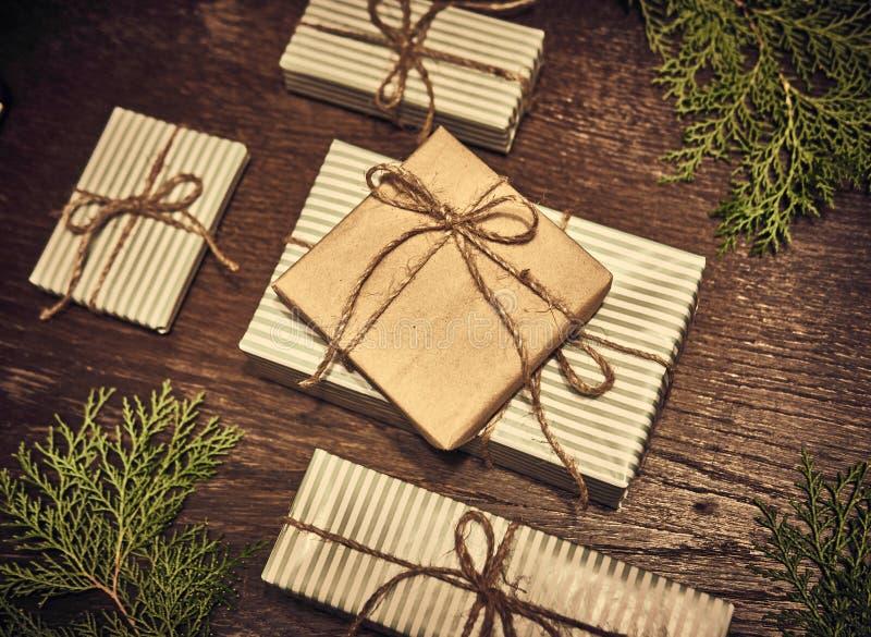 Composición de la Navidad Regalos de la Navidad, ramas del pino, juguetes en el fondo de madera Endecha plana, visión superior, imagenes de archivo