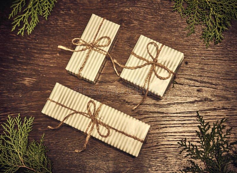 Composición de la Navidad Regalos de la Navidad, ramas del pino, juguetes en el fondo de madera Endecha plana, visión superior, foto de archivo