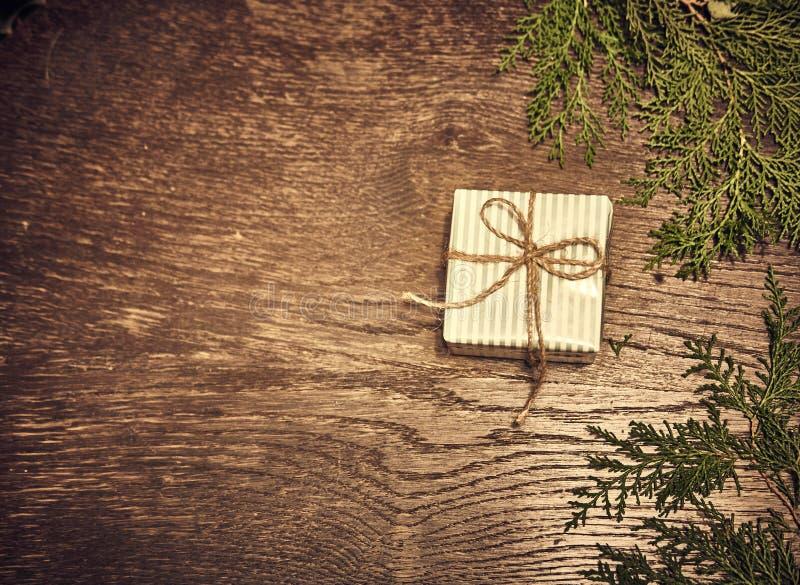 Composición de la Navidad Regalos de la Navidad, ramas del pino, juguetes en el fondo de madera Endecha plana, visión superior, foto de archivo libre de regalías