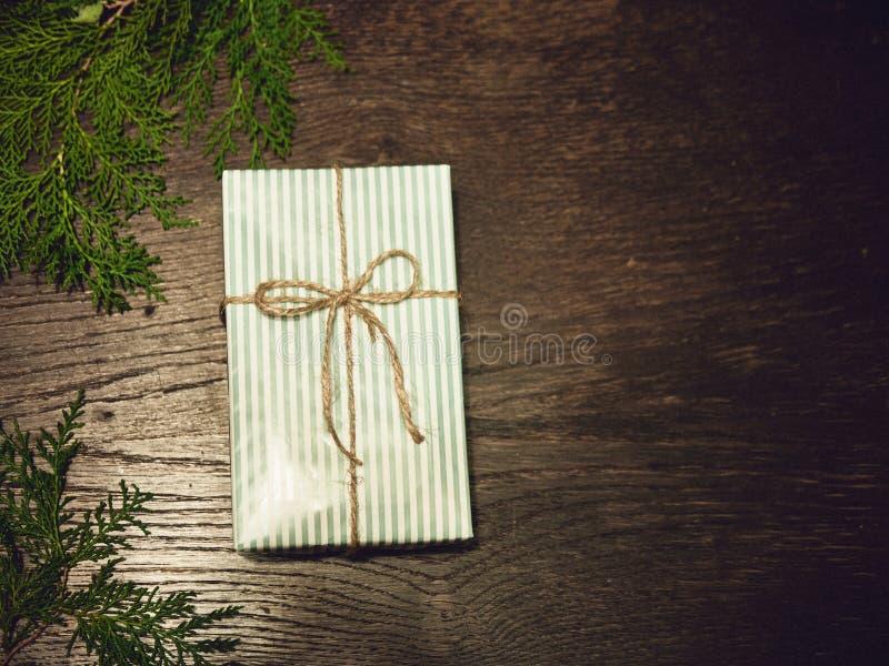 Composición de la Navidad Regalos de la Navidad, ramas del pino, juguetes en el fondo de madera Endecha plana, visión superior, fotografía de archivo