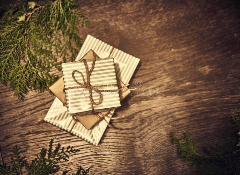 Composición de la Navidad Regalos de la Navidad, ramas del pino, juguetes en el fondo de madera Endecha plana, visión superior, imagen de archivo