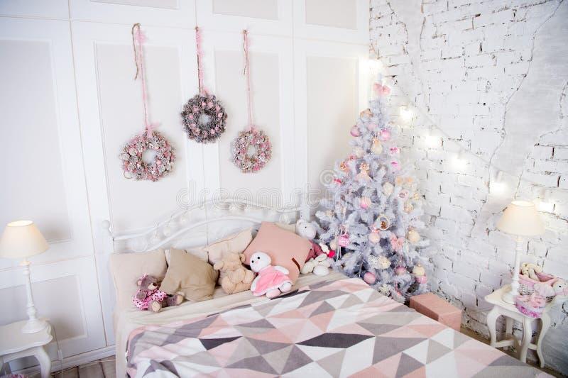 Composición de la Navidad Navidad Sitio adornado hermoso con el árbol y los juguetes Feliz Año Nuevo Feliz Navidad y feliz fotos de archivo libres de regalías
