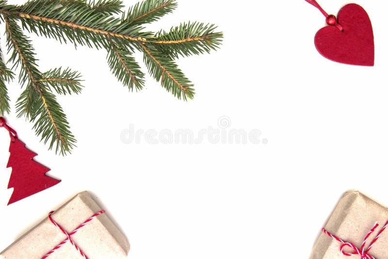 Composición de la Navidad Twings verdes del abeto, regalos de Navidad y decoraciones en el fondo blanco Visión superior, endecha  fotos de archivo libres de regalías