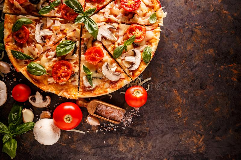 Composición de la pizza italiana foto de archivo