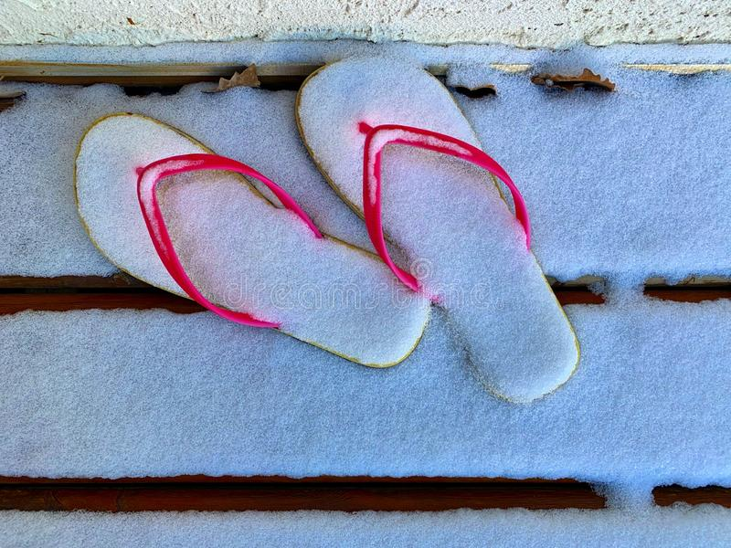 composición de las chancletas cubiertas con nieve Imagen ideal para el turismo fotos de archivo