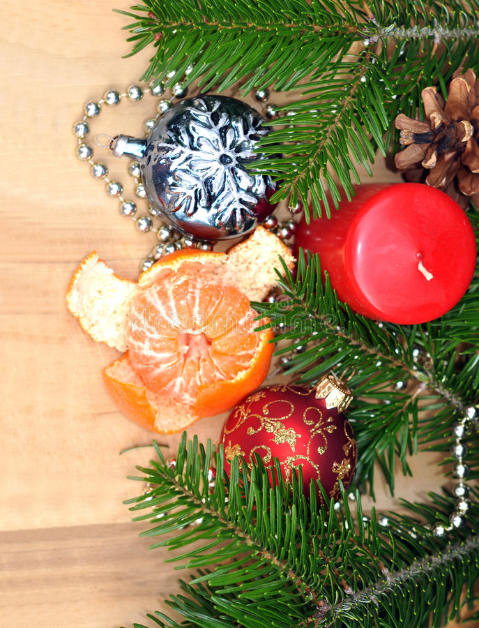 Composición de las decoraciones de la Navidad, de los mandarines y de la vela o imagenes de archivo