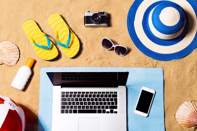 Composición de las vacaciones de verano Sandalias, sombrero, ordenador portátil y smartphone fotos de archivo libres de regalías