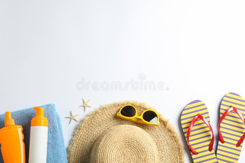 Composición de las vacaciones de verano en fondo del color Espacio para el texto fotos de archivo