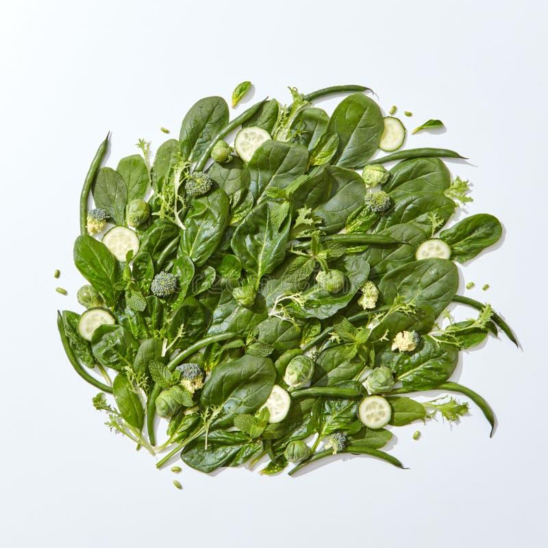 Composición de las verduras de la espinaca, de las rebanadas del pepino, de las hojas de menta, del espárrago y de la col verdes  foto de archivo libre de regalías