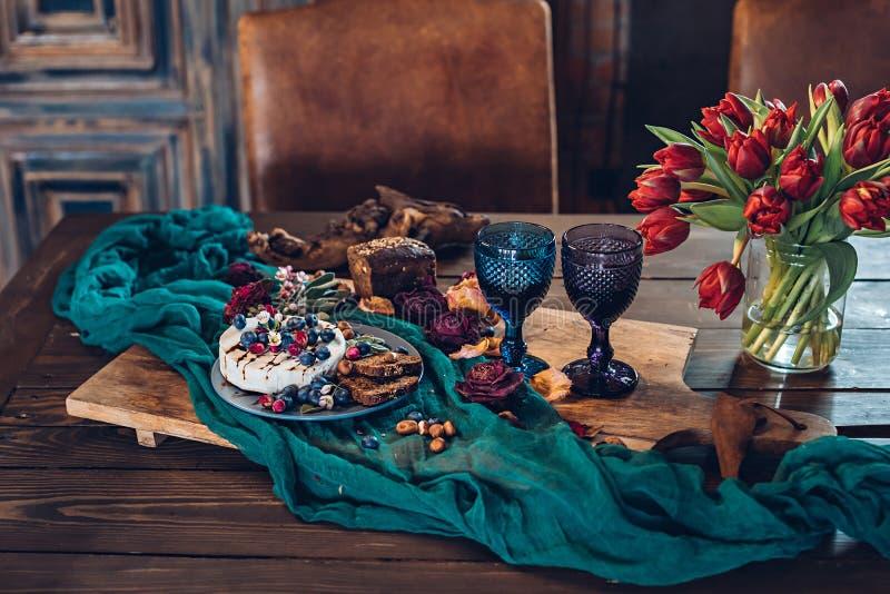 Composición de los alimentos en la tabla de madera con queso del camembert foto de archivo libre de regalías