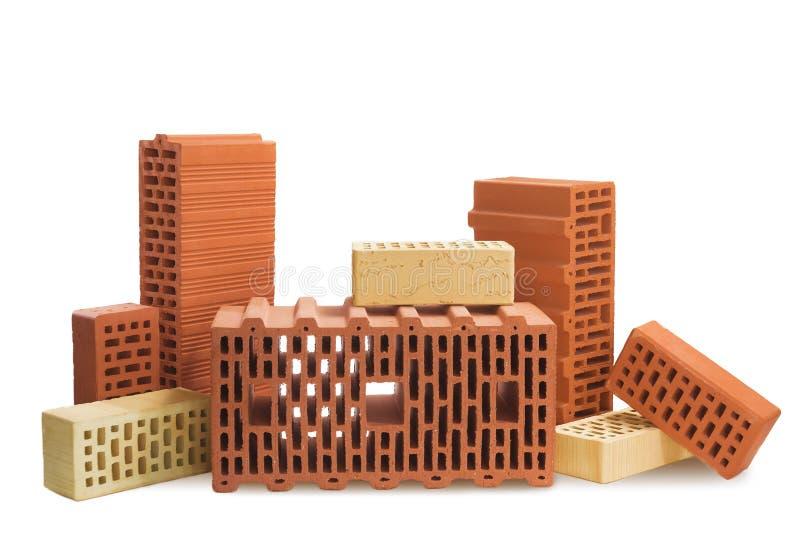 Composición de los bloques de cerámica de los ladrillos rojos y amarillos en un blanco foto de archivo libre de regalías