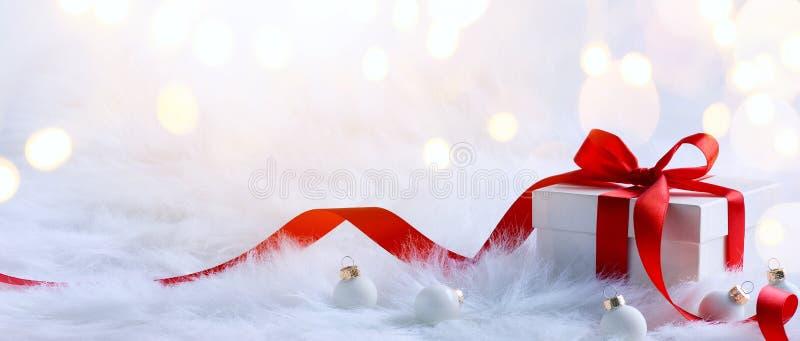Composición de los días de fiesta de la Navidad en fondo ligero con el balneario de la copia imágenes de archivo libres de regalías