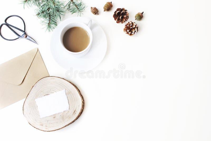 Composición de los efectos de escritorio de la Navidad Taza de café, de conos del pino, de ramas de árbol de navidad y de tijeras imagen de archivo libre de regalías