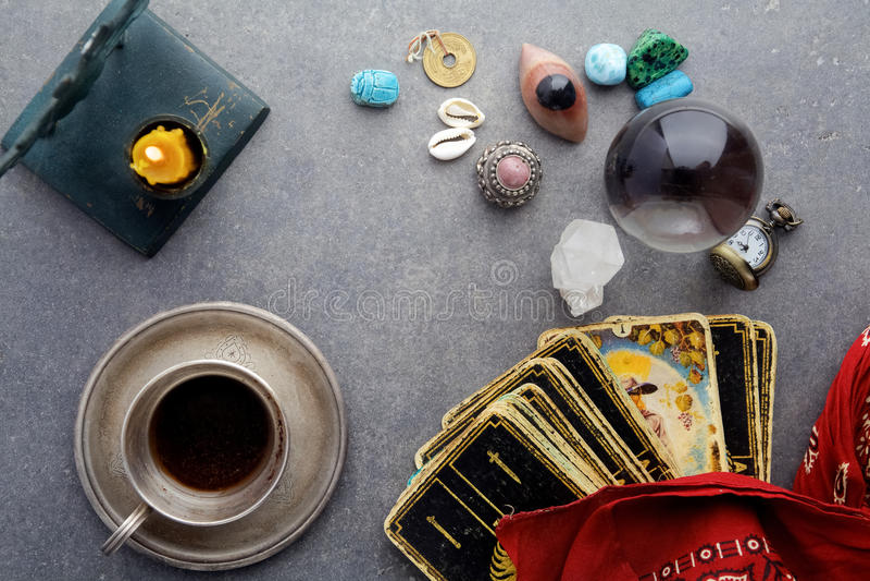 Composición de objetos esotéricos, usada para curar y la adivinación fotografía de archivo