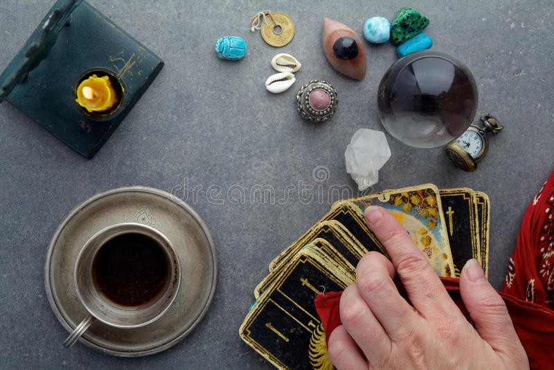 Composición de objetos esotéricos, usada para curar y la adivinación foto de archivo