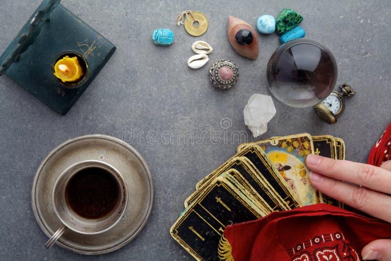 Composición de objetos esotéricos, usada para curar y la adivinación imagen de archivo libre de regalías