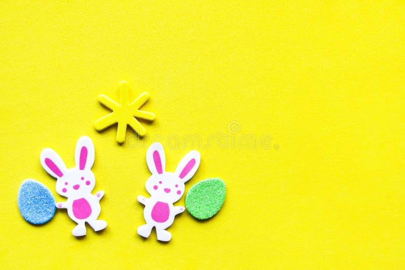 Composición de Pascua con la decoración tradicional en fondo amarillo brillante fotografía de archivo