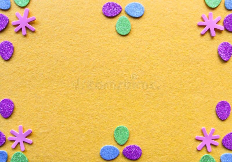 Composición de Pascua con la decoración tradicional en fondo amarillo brillante imágenes de archivo libres de regalías