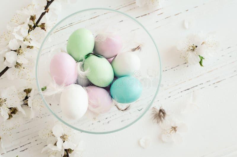 Composición de Pascua con los huevos de chocolate foto de archivo