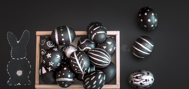 Composición de Pascua con los huevos en una caja de madera fotografía de archivo