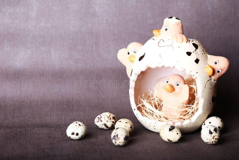 Composición de Pascua de los huevos de Pascua en la jerarquía en el viejo fondo de madera foto de archivo