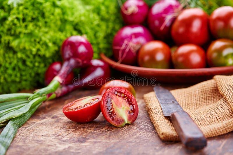 Composición de verduras frescas Cebolla, tomates y verdes fotos de archivo