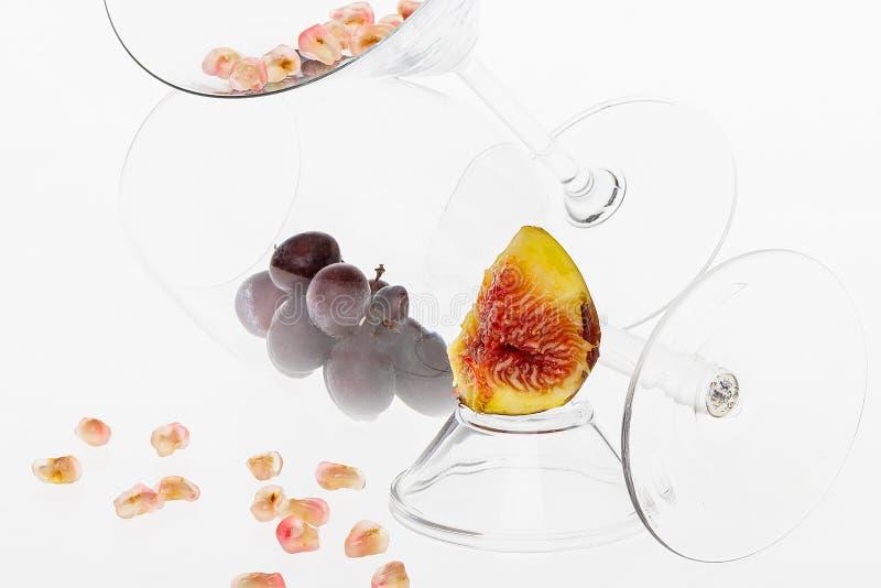Composición de vidrios puros y de frutas coloridas fotos de archivo libres de regalías