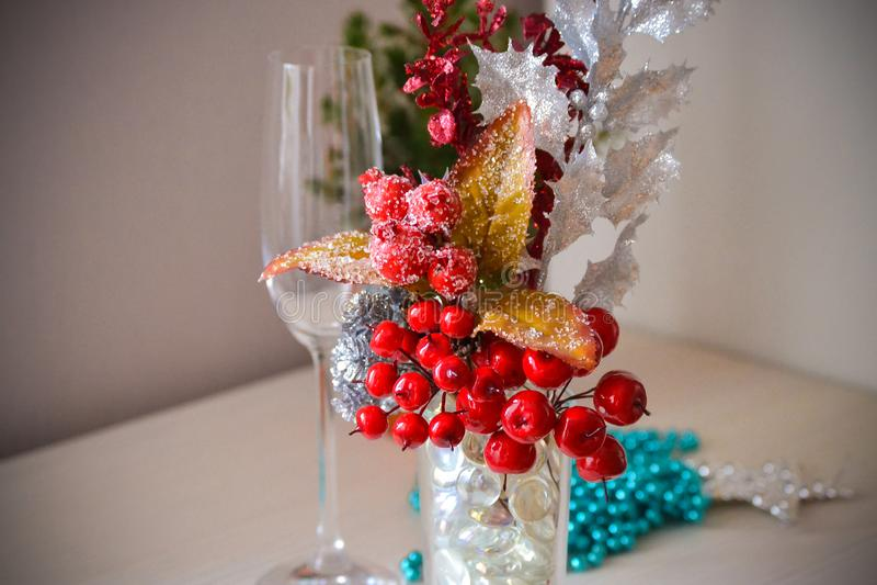 Composición decorativa de la Navidad de bayas rojas en la nieve con la imitación de los cristales de hielo Vidrio fotos de archivo