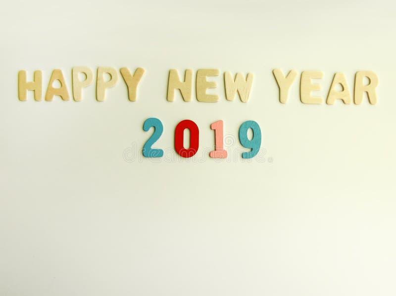 Composición del Año Nuevo con 2019 números y letras de madera Tarjeta festiva de la Feliz Año Nuevo fotografía de archivo libre de regalías