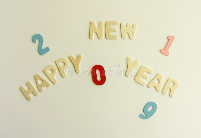Composición del Año Nuevo con 2019 números y letras de madera Tarjeta festiva de la Feliz Año Nuevo fotografía de archivo