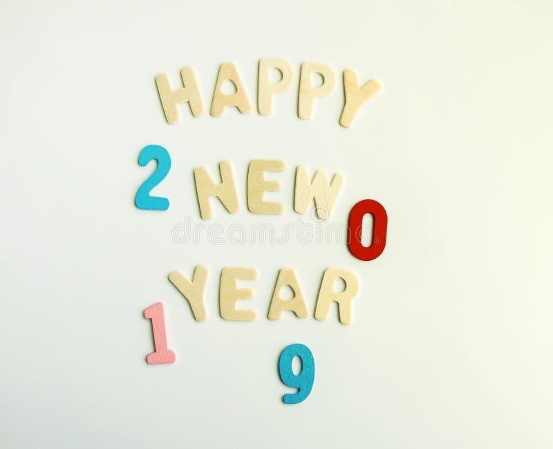 Composición del Año Nuevo con 2019 números y letras de madera Tarjeta festiva de la Feliz Año Nuevo fotos de archivo