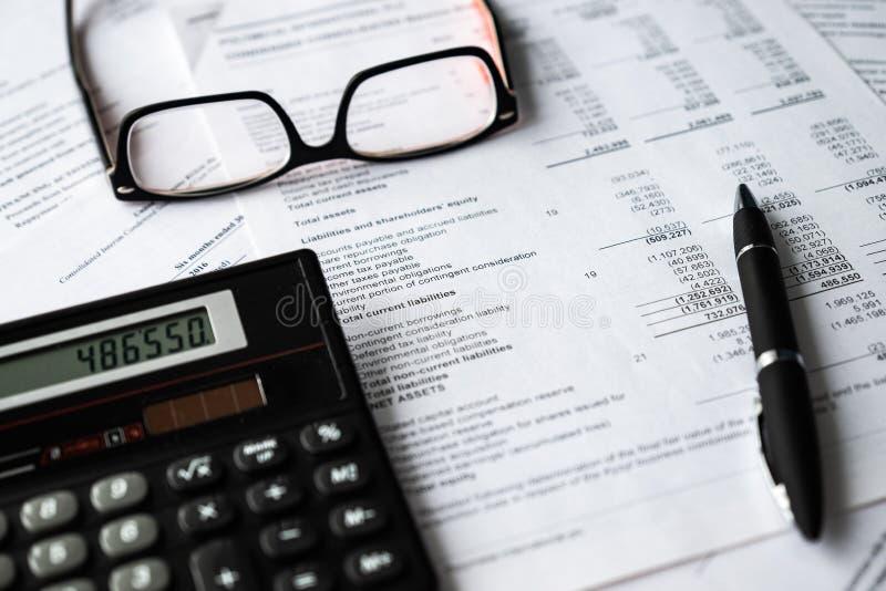 Composición del asunto Análisis financiero - declaración de renta, plan empresarial fotografía de archivo