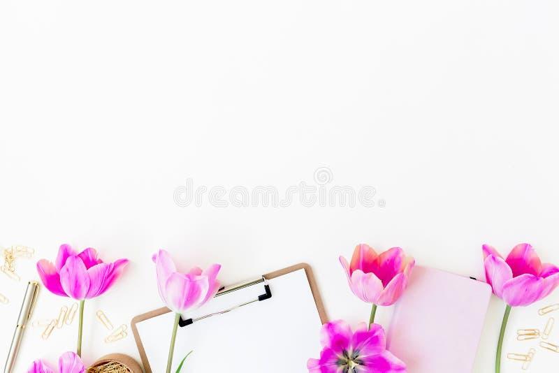 Composición del blog de la belleza Espacio de trabajo con las flores del tablero, del diario y de los tulipanes en el fondo blanc fotografía de archivo
