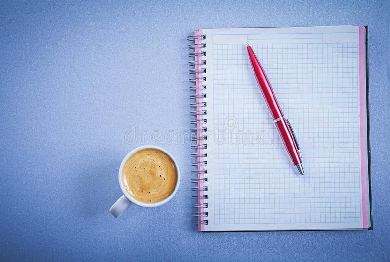 Composición del concepto comprobado pluma roja de la oficina de la taza de café del recordatorio fotografía de archivo