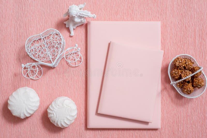 Composición del día de San Valentín: cajas de regalo blancas con el arco y los corazones sentidos rojos, plantilla de la foto, fo imagenes de archivo
