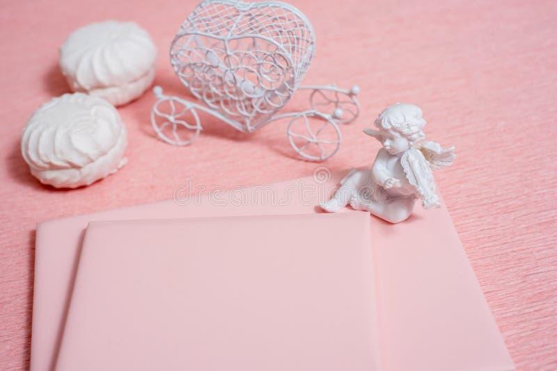 Composición del día de San Valentín: cajas de regalo blancas con el arco y los corazones sentidos rojos, plantilla de la foto, fo fotografía de archivo libre de regalías