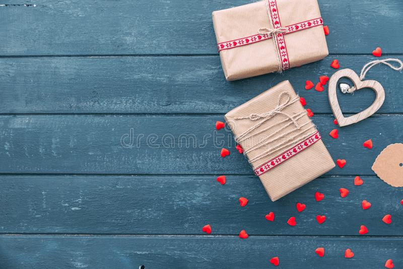 Composición del día de tarjetas del día de San Valentín: cajas de regalo con los arcos y los corazones fotos de archivo