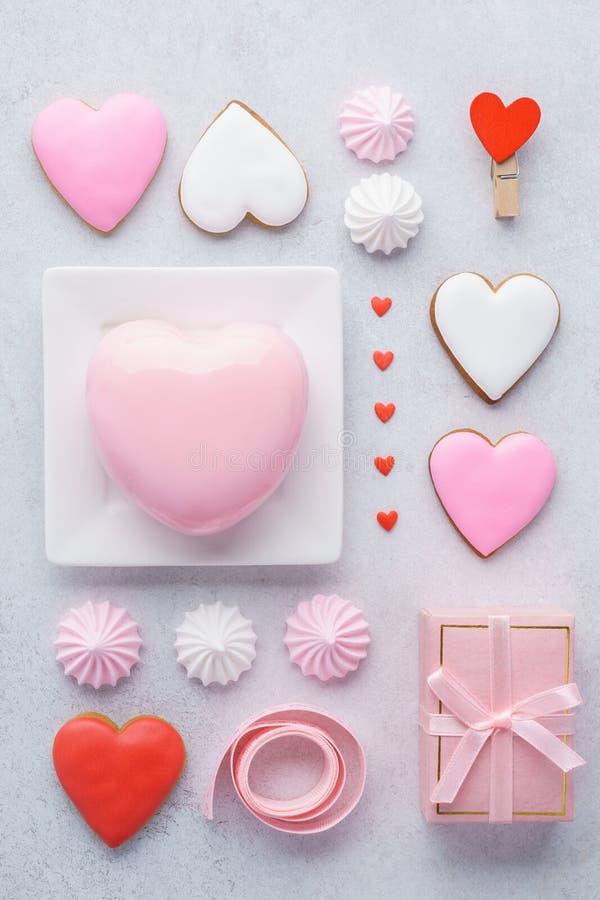 Composición del día del ` s de la tarjeta del día de San Valentín Caja de regalo, torta en forma de corazón de la crema batida imagen de archivo libre de regalías