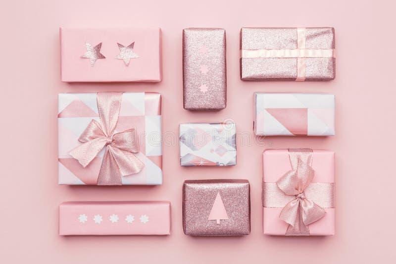 Composición del envoltorio para regalos Regalos nórdicos hermosos de la Navidad aislados en fondo del rosa en colores pastel El r imágenes de archivo libres de regalías