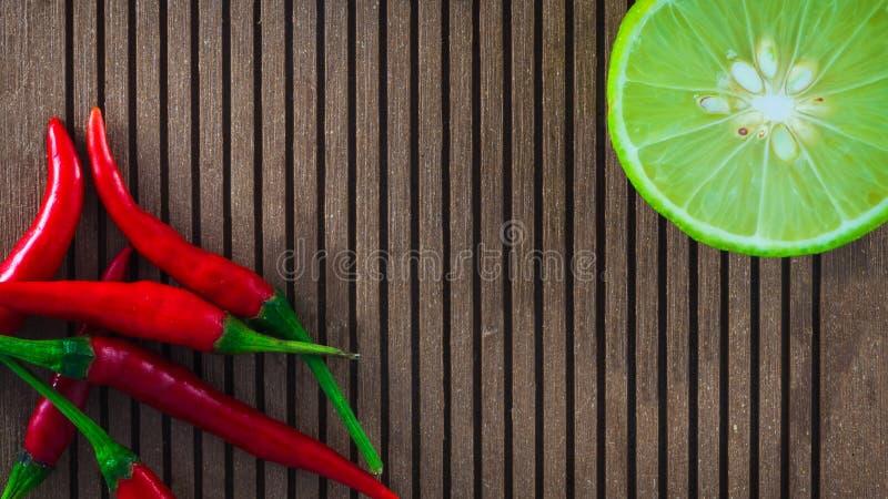 Composición del limón y de la pimienta roja foto de archivo