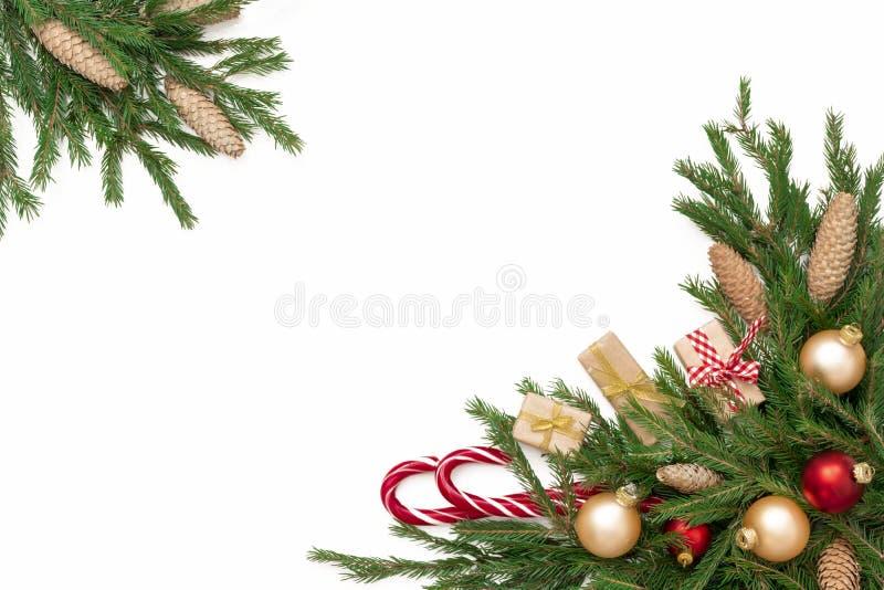 Composición del marco de la Navidad con la caja de regalo, conos del pino, ramas de árbol de abeto, aisladas Puede ser utilizado  fotografía de archivo