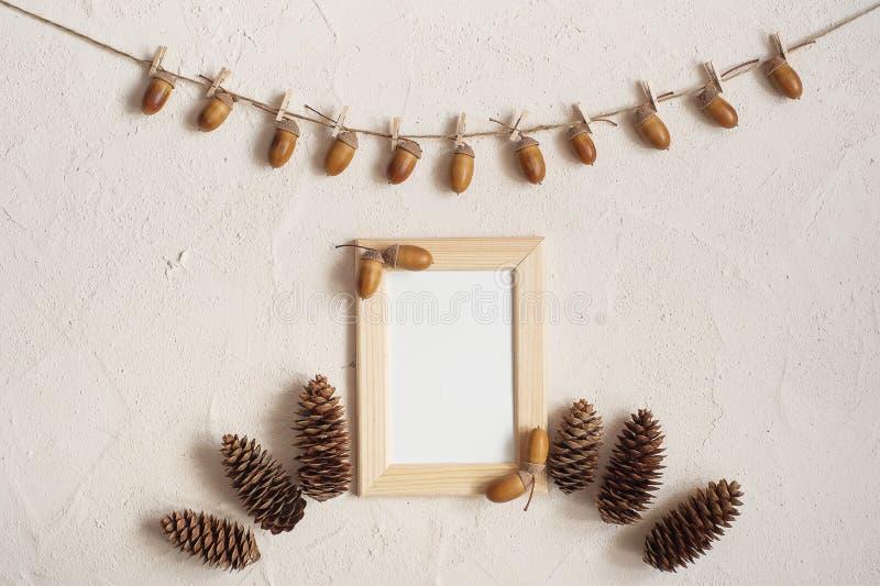 Composición del otoño con el marco de madera Bellota con las pinzas en la línea de ropa cuerda Clavijas de madera Endecha plana,  imagenes de archivo