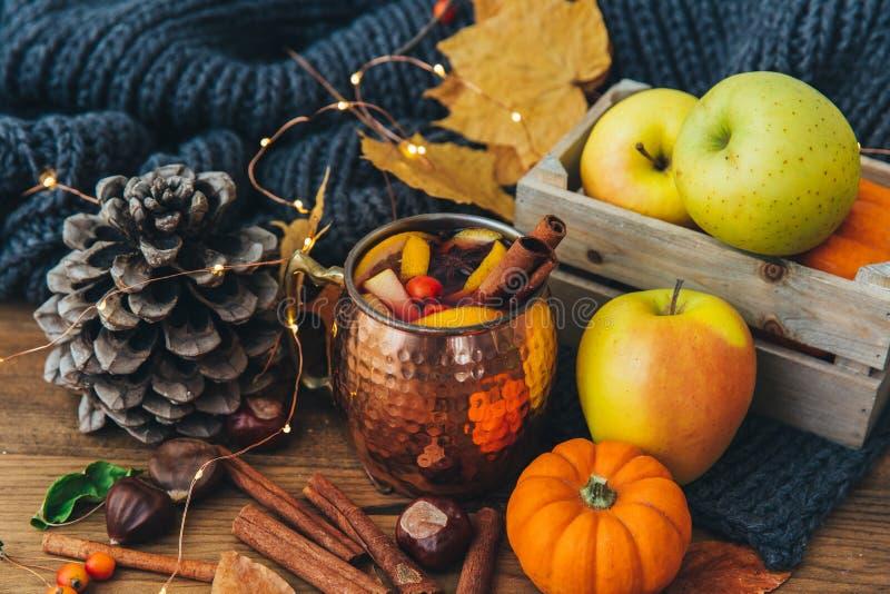 Composición del otoño con las manzanas, hojas fotos de archivo libres de regalías