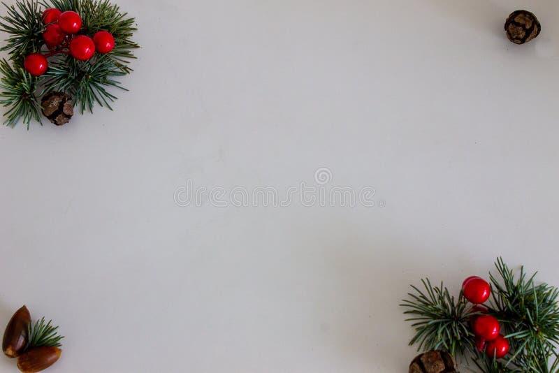 Composición del pinecone de la Navidad, ramas de Hollies en fondo de madera verde foto de archivo libre de regalías