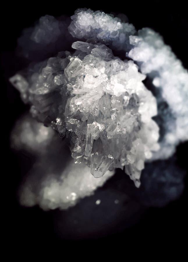 Composición del primer de la piedra preciosa como parte de un racimo llenado de los cristales de roca imágenes de archivo libres de regalías